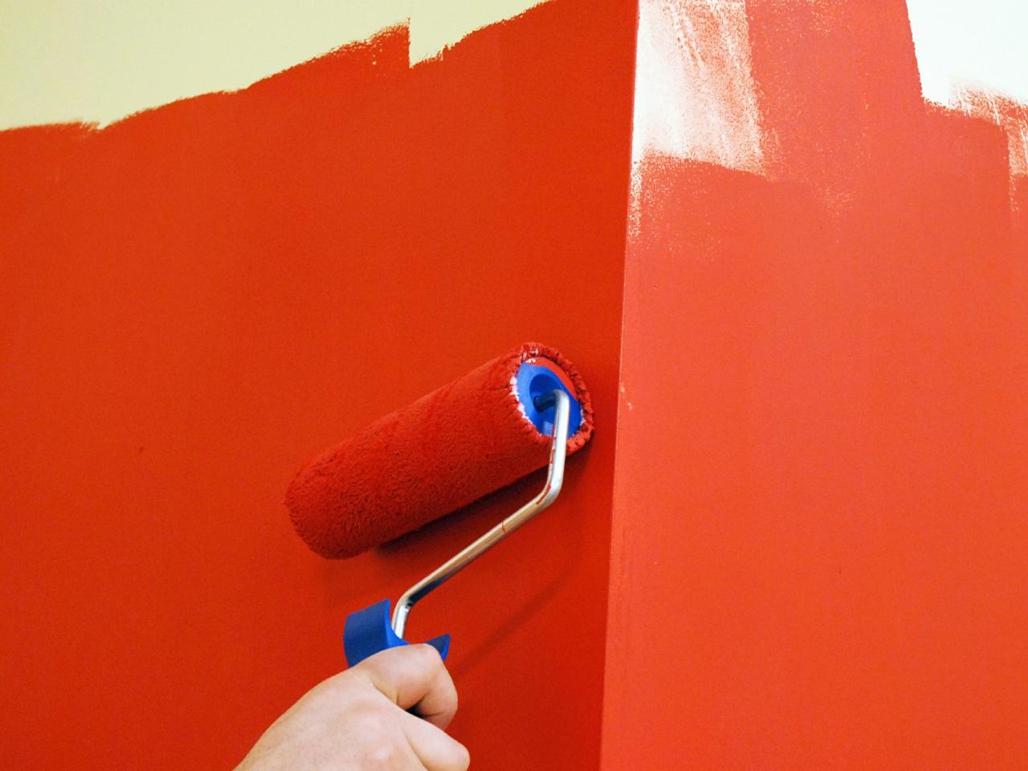 Окрашиваем стену в насыщенный красный цвет